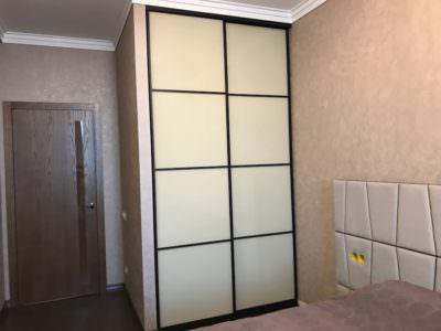 Шкаф-Купе Встроенный в Нишу  Белый Oracal с черными ручками